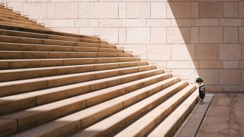 au pied de l'escalier